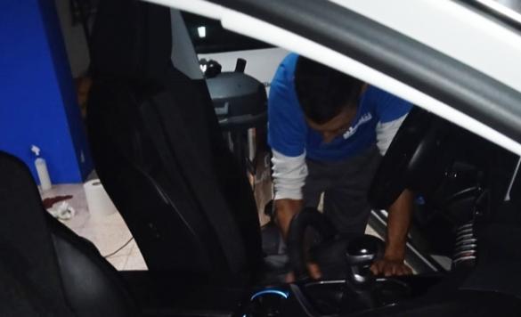 limpieza interior del coche con vapor