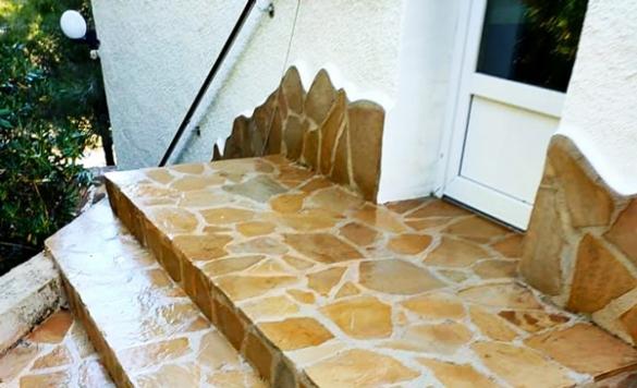 limpiar suelo de piedra exterior en calpe
