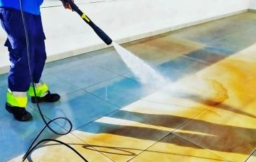 limpiar suelo con maquina a presion